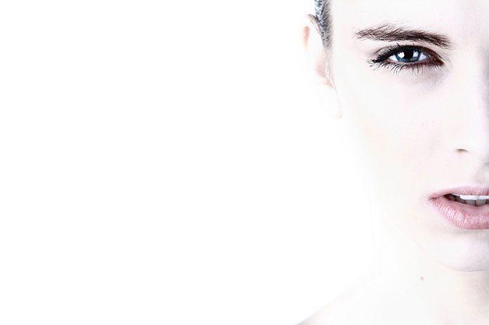 Marzysz o promiennej, rozświetlonej cerze? Poznaj makijażowe triki, które pomogą Ci osiągnąć ten efekt