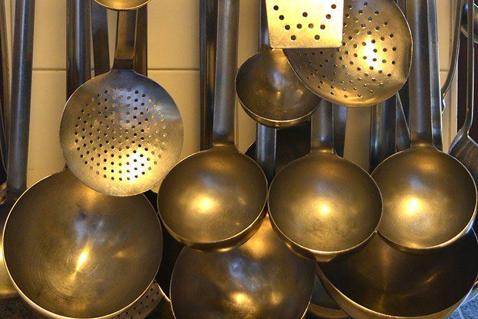 Wyposażenie restauracyjnej kuchni – jak zrobić to dobrze i nie zbankrutować?
