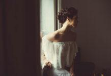 Proste suknie ślubne – rozwiązanie dla miłośniczki ślubnej klasyki