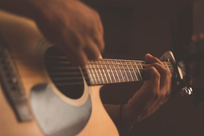 Czy warto uczyć się grać na gitarze?