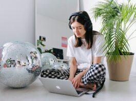 Jakie słuchawki do pracy zdalnej wybrać